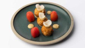 Μοσχαρίσια γλώσσα με κρέμα λεμόνι και τηγανιτή κάπαρη